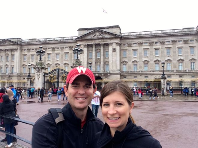 Alana and Matt in front of Buckingham Palace